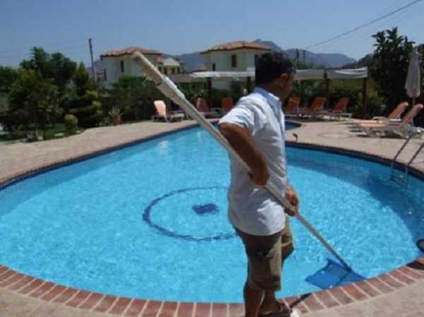 Cách vệ sinh bể bơi nhanh chóng hiệu quả